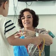 Terapeuta ocupacional brinca com criança