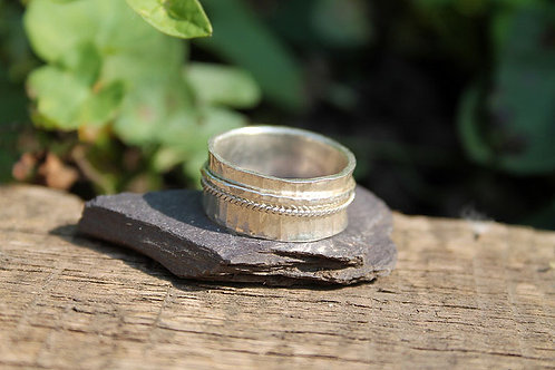Spinner ring with twisted wire
