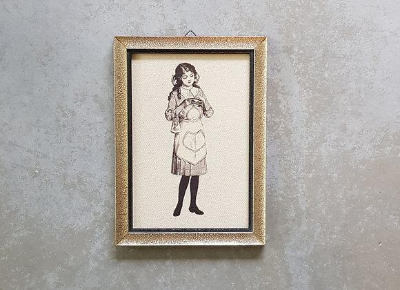 תמונת וינטג' עם איור של ילדה רוקמת