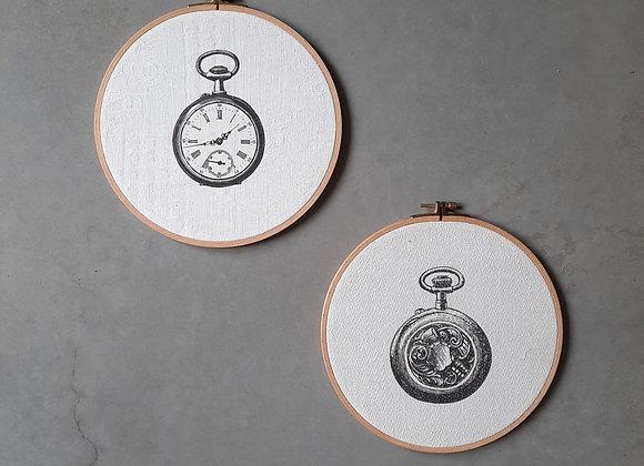 זוג חישוקים מודפסים על בדי וינטג' איורי שעונים