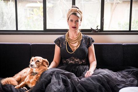 מיטל סיון שני על הספה עם הכלב
