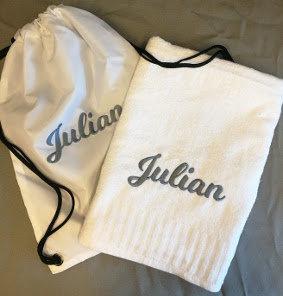 Hvit sekk med badehåndkle