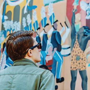 Человек, глядя на копию граффити