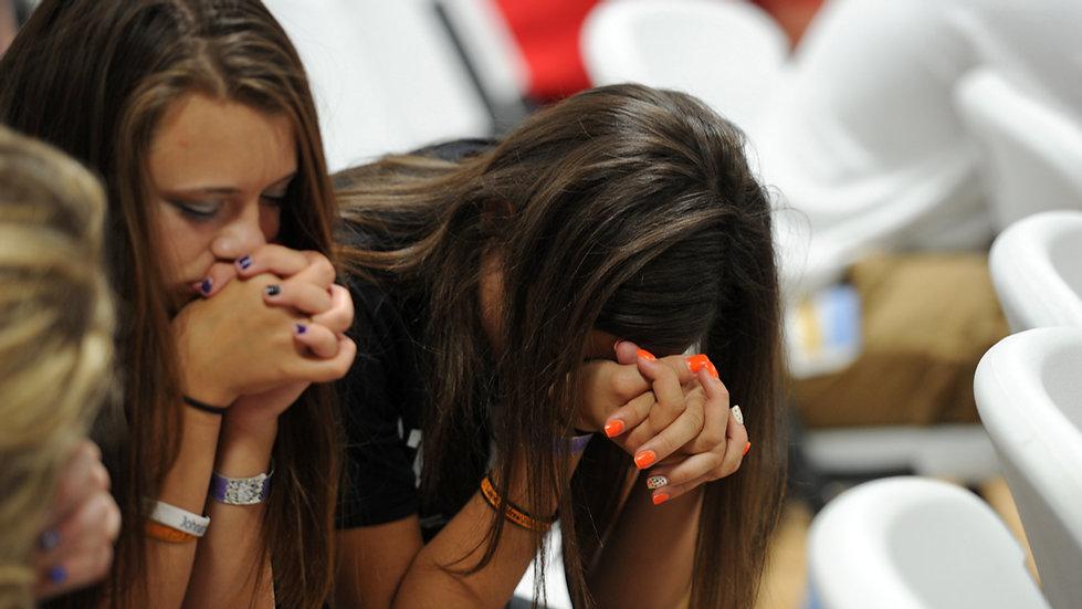 highschool-girls-praying-041116.jpg