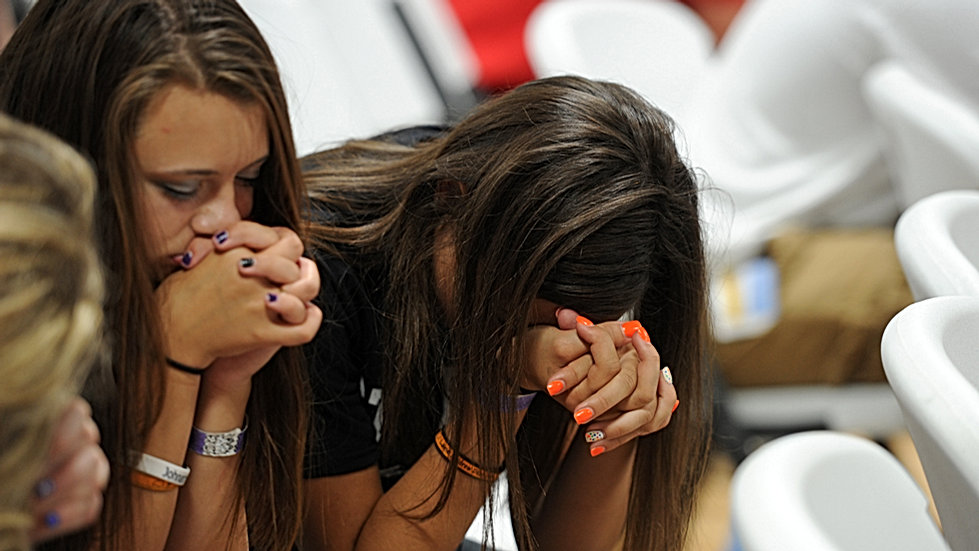 highschool-girls-praying-041116.jpg