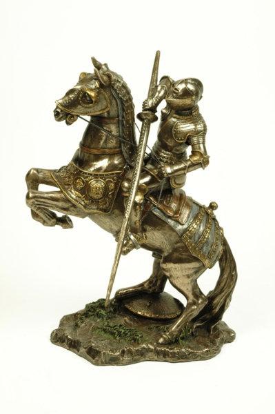 Figura de caballero medieval con lanza, montado a caballo