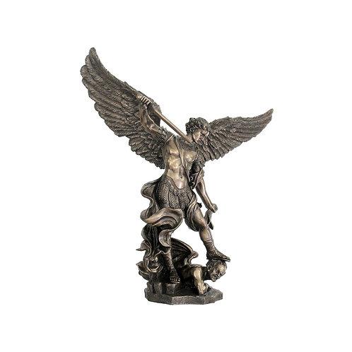 Figura grande de Arcángel San Miguelsobre demonio