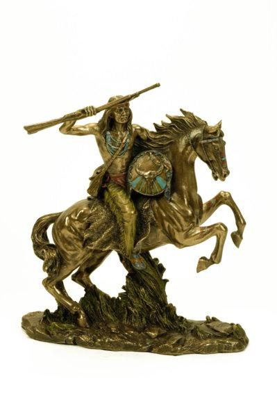 Figura de indio apache con escopeta, montado a caballo