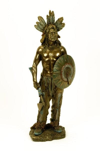 Figura de indio con hacha
