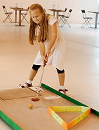 Narozeninová oslava na minigolfu holčička hrající