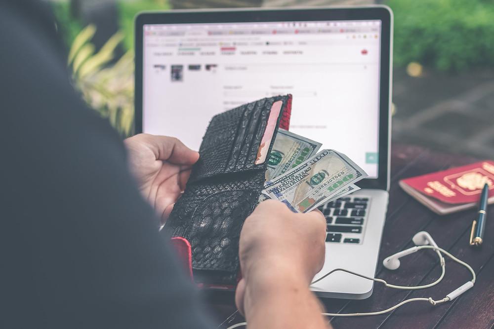 Los medios y opciones de pago online permiten que los clientes no tengan que restringir su decisión de compra al medio de pago que se les está proponiendo o disponible.