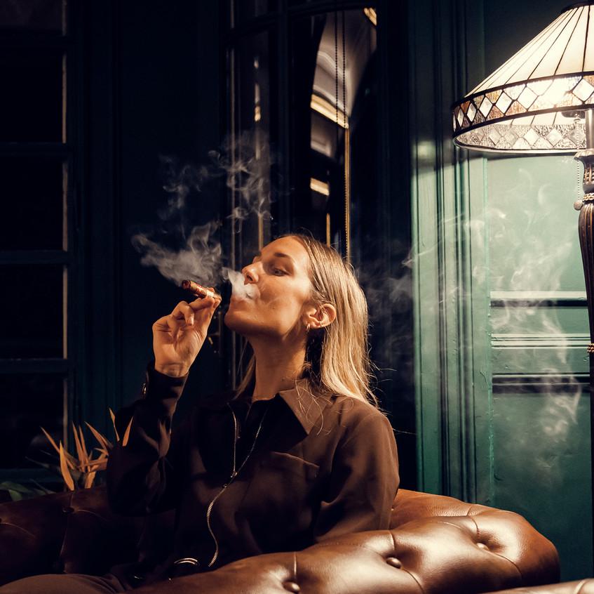 mujer-fuma-habano