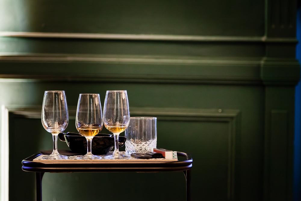 copas en cata de whisky fumando un habano en el club pasión habanos