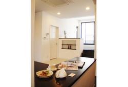 賃貸アパートHamanogi Apartmentのキッチンよりリビンです