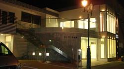 ヨネザワ写真館の夜の外観です