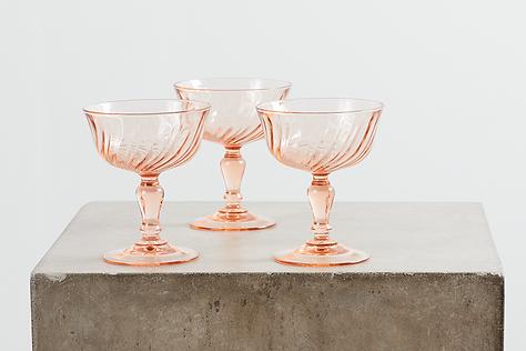 lej farvede rosa vinglas hos tablesetting til dit bryllup, fest, konfirmation eller babyshower