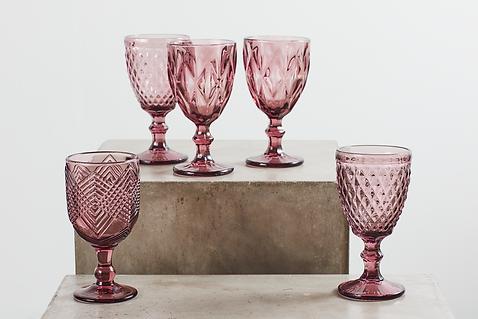 Udlejning af rosa og bordeaux vinglas tablesetting
