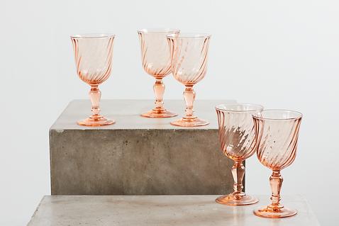Udlejning af farvede rosaline glas til bryllup tablesetting