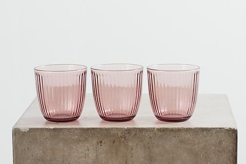 Udlejning af farvede vandglas tablesetting