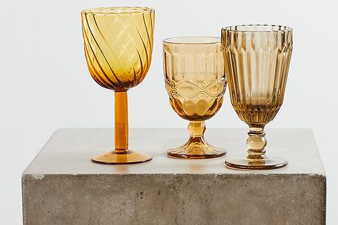 Udlejning af farvede glas tablesetting til bryllup og konfirmationer. Gyldne vinglas