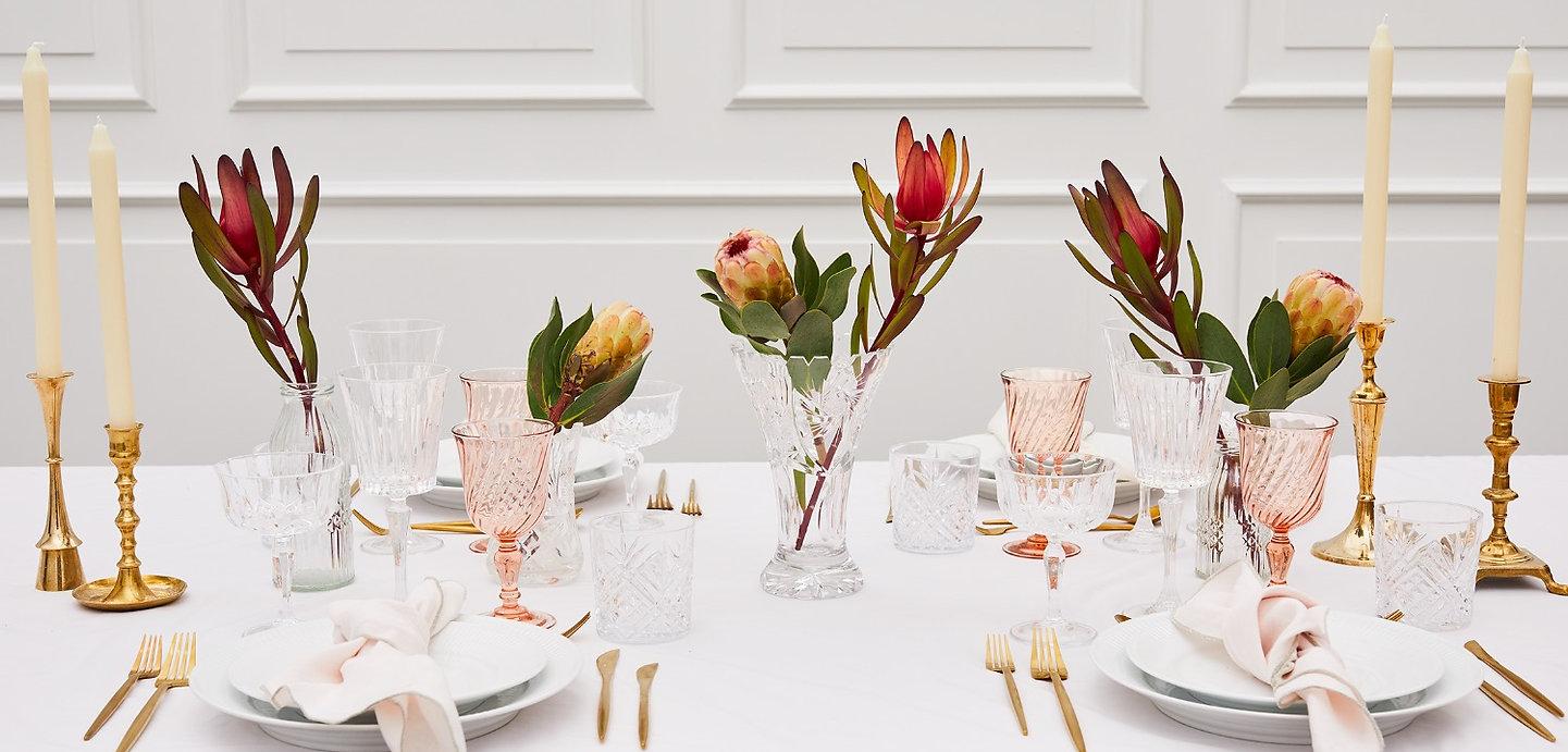 Lej vaser, mælkeflasker, brune flasker og krystalvaser hos tablesetting serviceudlejning