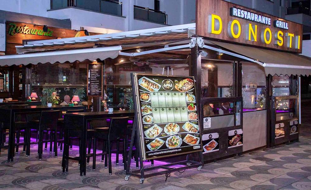 Le Donosti est un restaurant de cuisine basque qui propose des spécialités gastronomiques d'Espagne continentale.