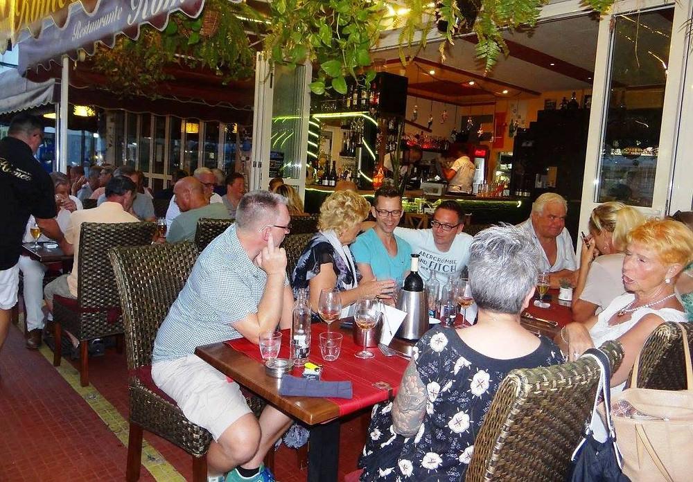 L'avenida de Tirajana est une des principales artères commerçantes de Playa del Inglés (Maspalomas), on y trouve de nombreuses boutiques, des bars et des restaurants.