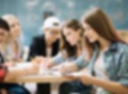equipo-estudiantes-que-completan-tarea_2