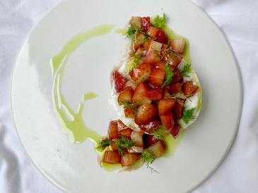 苺とモッツァレラのサラダにオリーブオイル