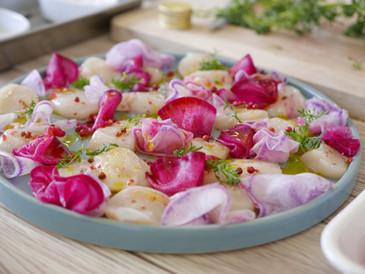 帆立と冬の彩り大根のカルパッチョに美味しいオリーブオイルをかけて。