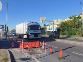 Caixa de telecomunicações complica trânsito em Vila Franca
