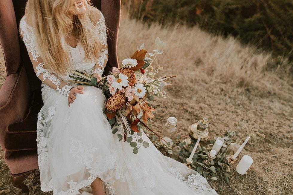 Mariée avec sa robe de mariage et bouquet de mariée