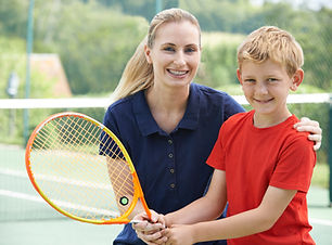 Garçon avec Tennis Coach