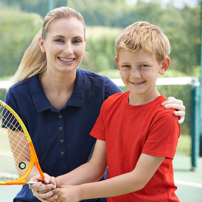 テニスのコーチと少年