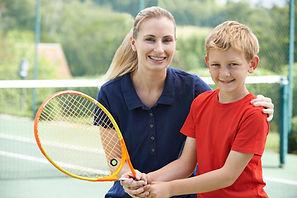 Jongen met Bus van het tennis