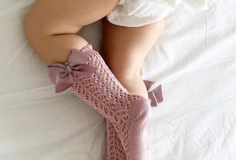 Șosete înalte croșetate, cu fundă, din bumbac - roz pudră