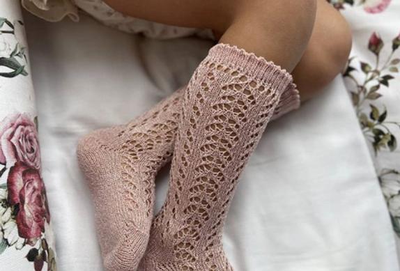 Șosetă înaltă croșetată, din bumbac - roz pudră