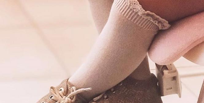 Șosete înalte din bumbac, cu model dantelat - roz pudră