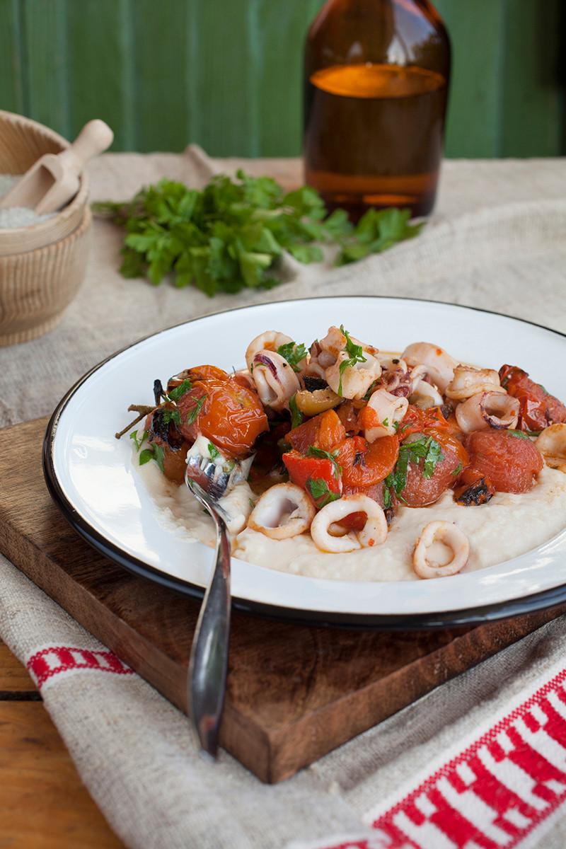 קלמארי צרוב עם עגבניה שרופה ופלפל קלוי על מצע של ממרח שעועית רומני.jpg