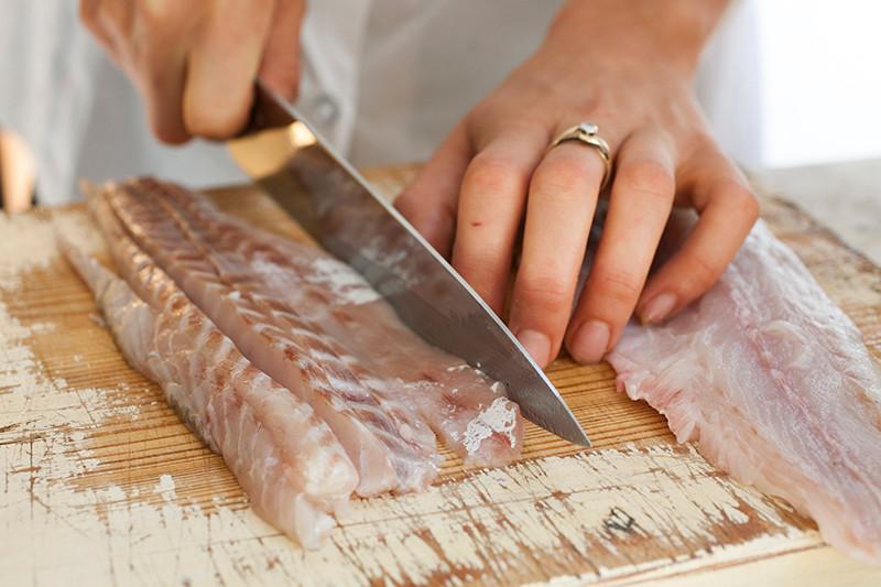 חיתוך הדג לרצועות.jpg