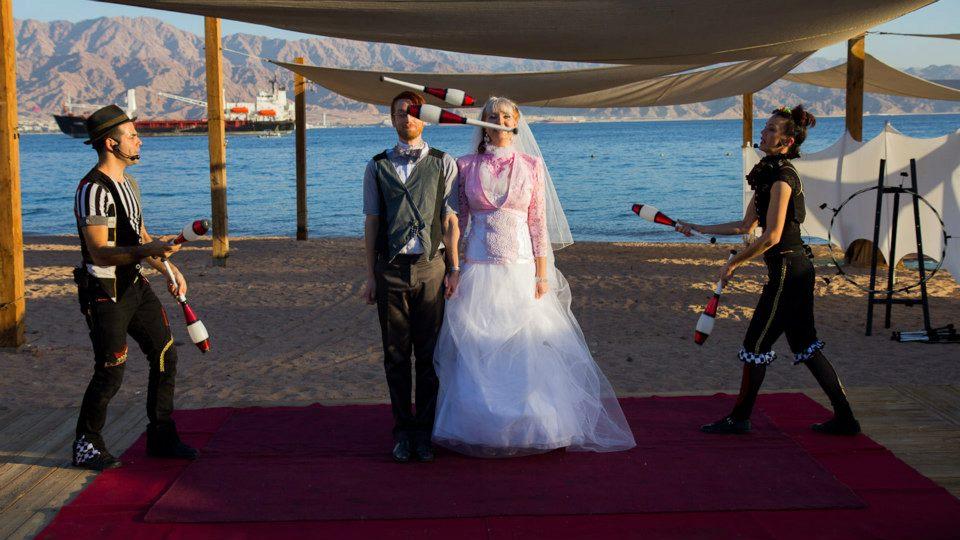 להטוטנות במופע קרקס בחתונה, אילת