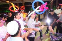 בר מצווה עם כובעי בלונים לרחבת ריקוד