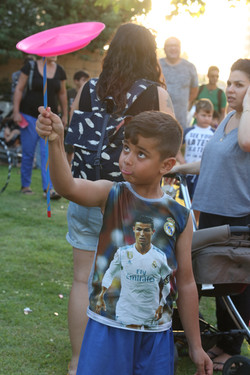 ילד עם צלחת סינית בסדנת ג'אגלינג