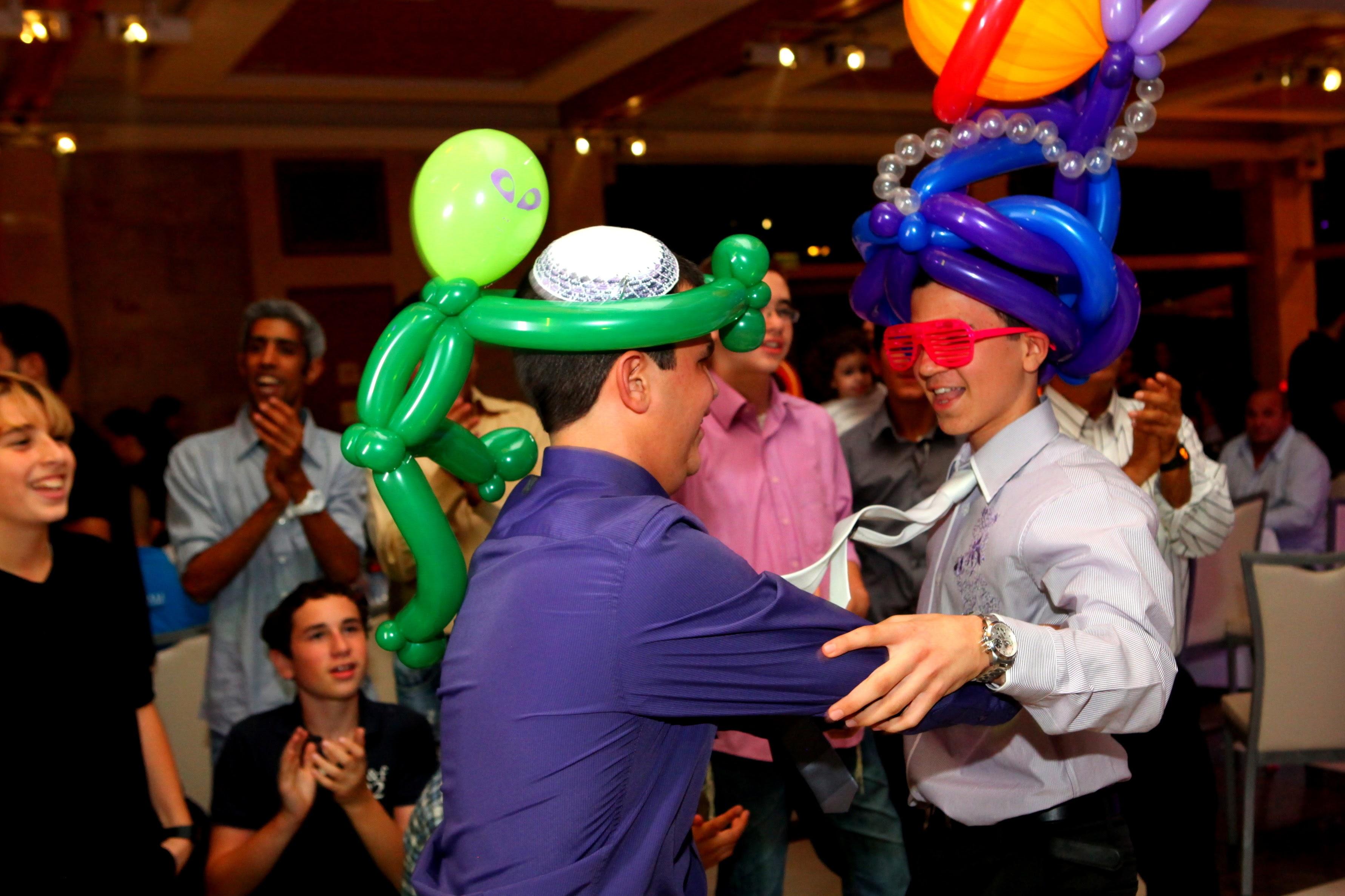 ריקודים עם כובעים מבלונים בבר מצווה