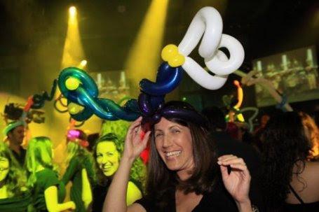 חתונה עם כובעי בלונים לרחבת הריקודים