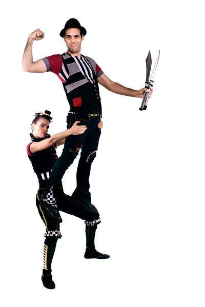 איש עם סכינים עומד על אישה במופע קרקס באנגלית