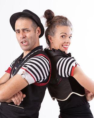 אורן וביאנקה עומדים גב אל גב במופע קרקס לימודי באנגלית