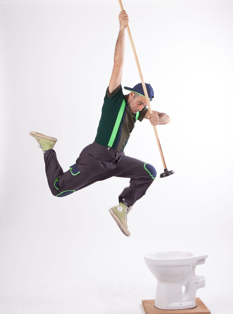 איש קופץ לאסלה במופע איכות הסביבה
