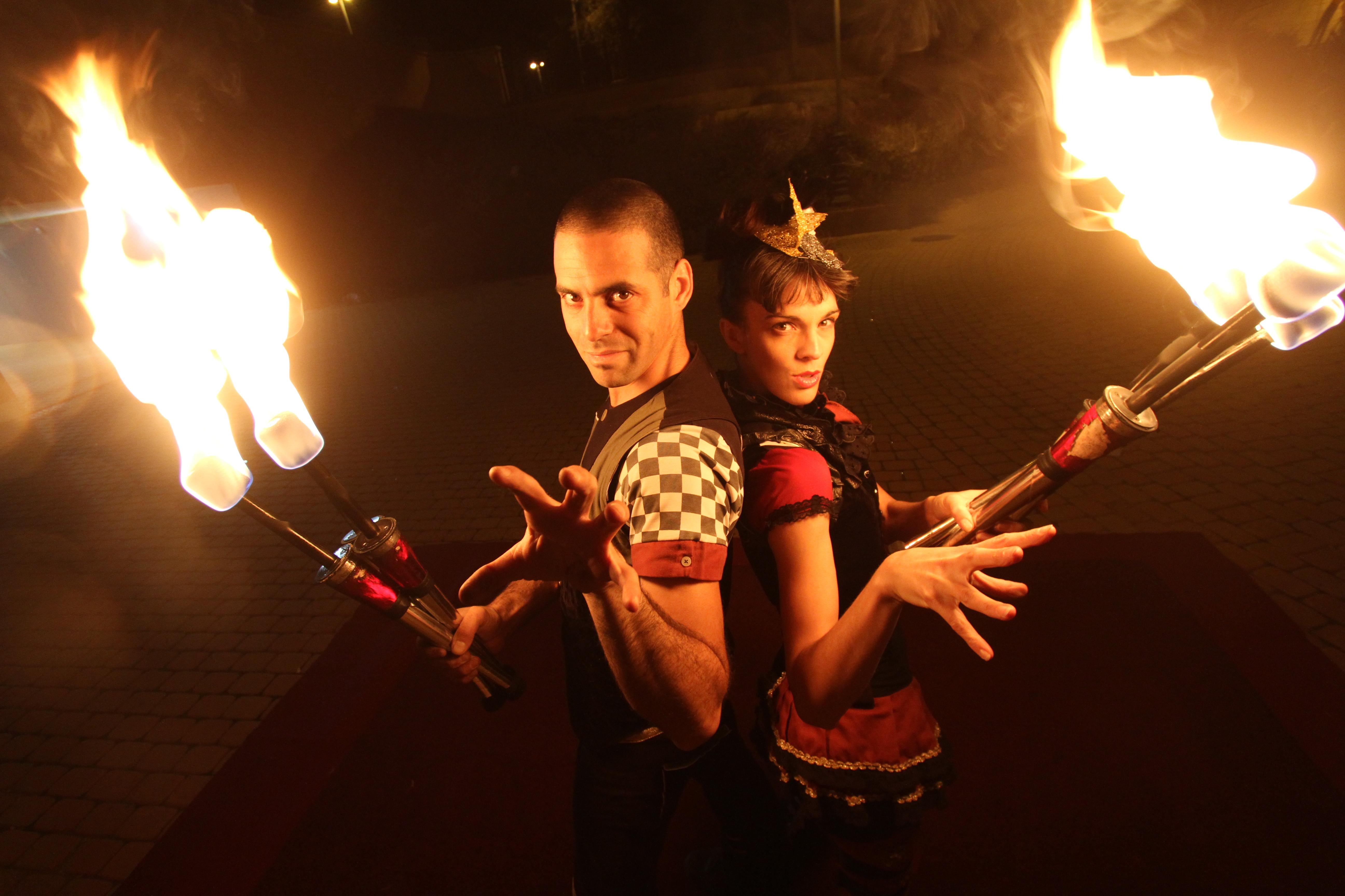 אורן וביאנקה עם לפידים בוערים במופע