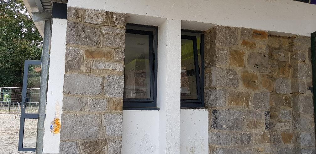 fenêtres côté pavillon toilettes